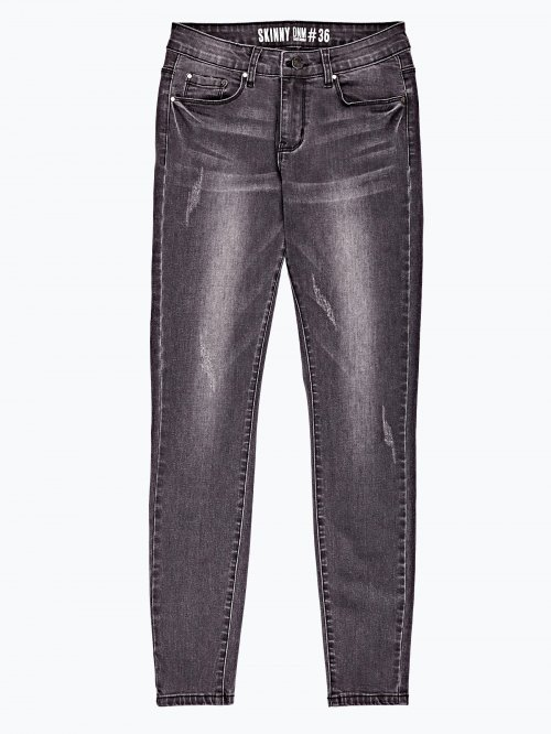 Distressed skinny jeans with belt