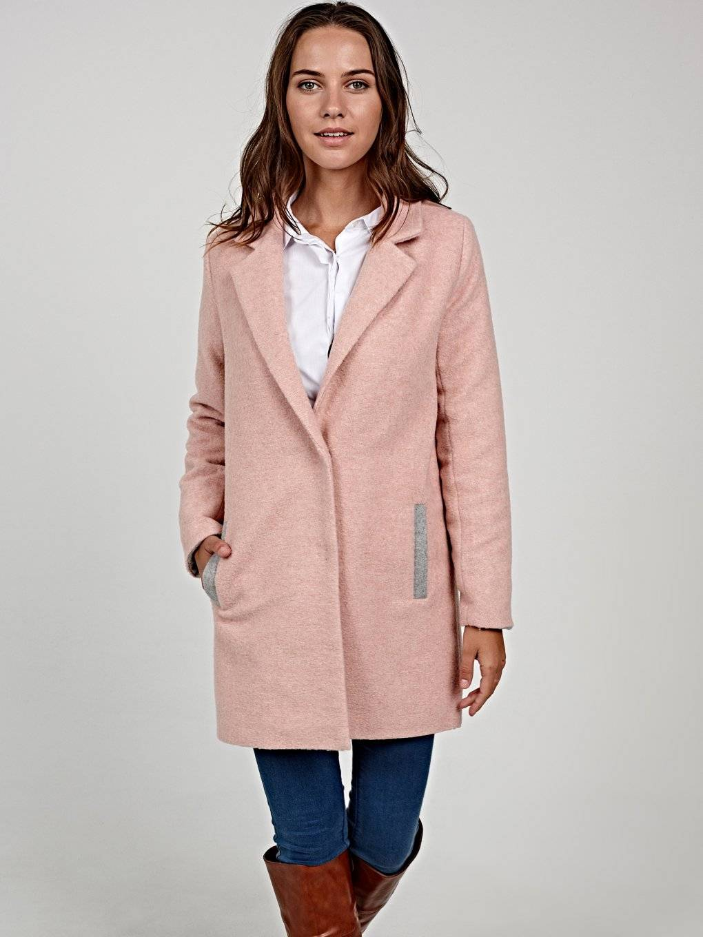Plain coat with contrast details