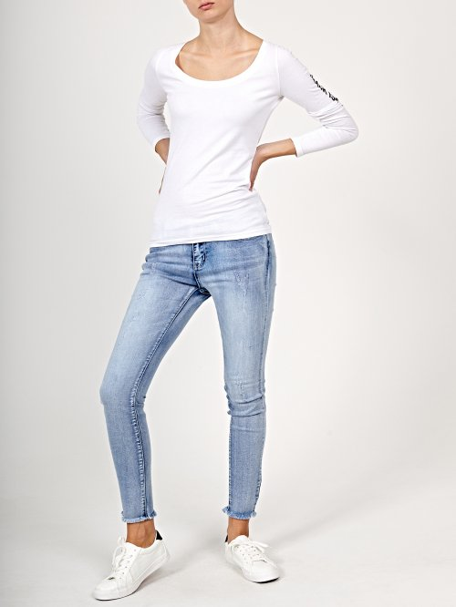 Skinny jeans in light blue wash with frayed hem