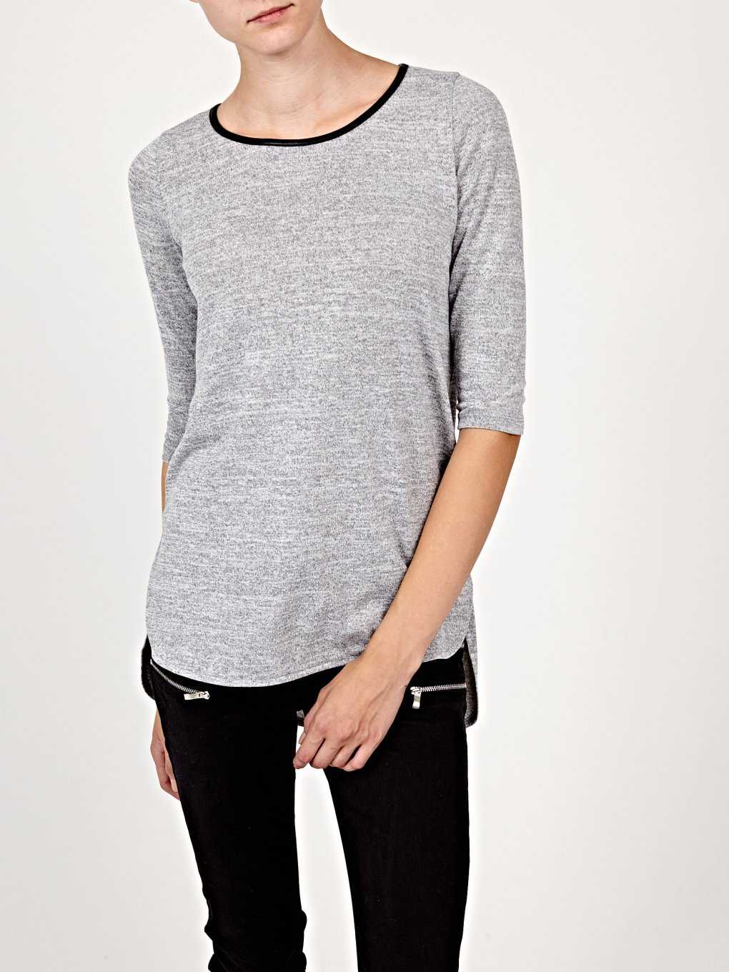 Prolonged t-shirt with scoop hem
