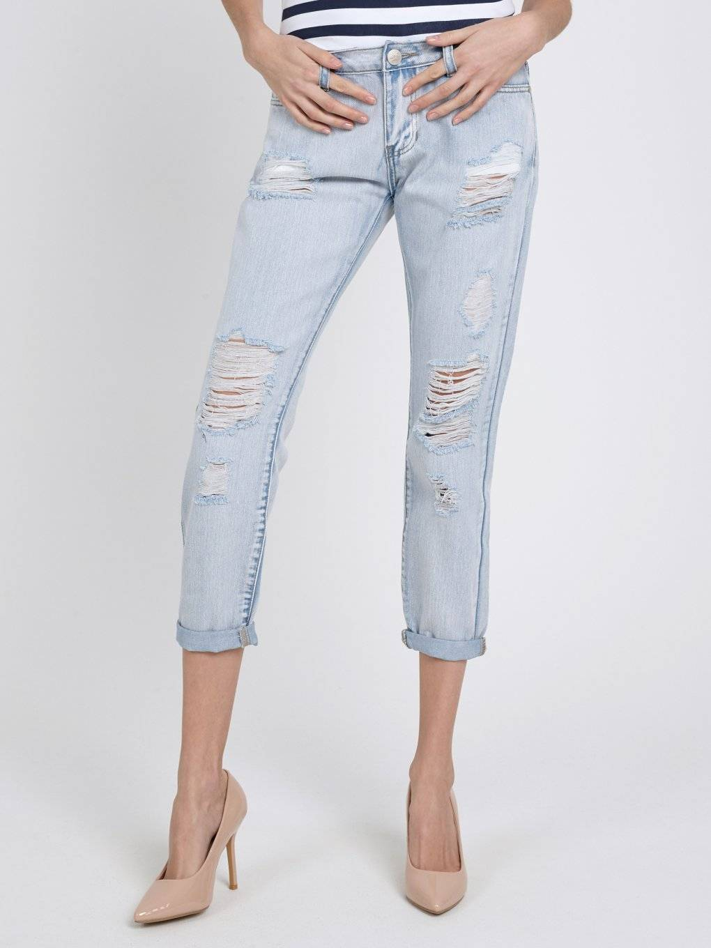 DAMAGED BOYFRIEND JEANS IN LIGHT BLUE WASH