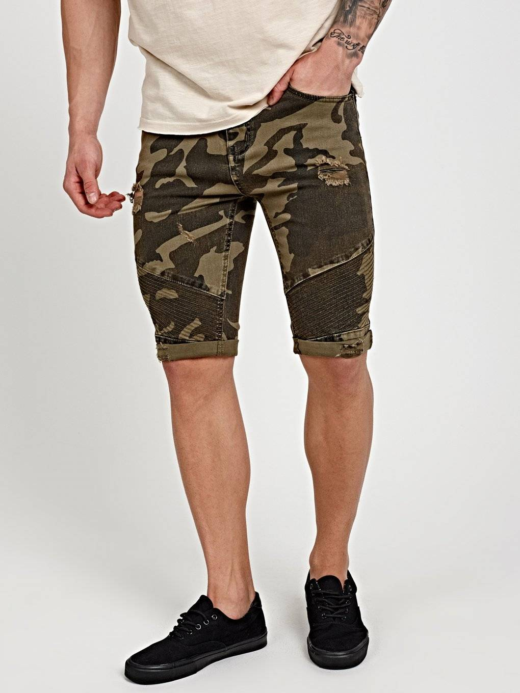 DAMAGED CAMO PRINT DENIM SHORTS