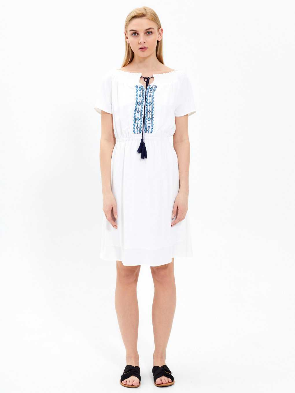 Lace-up dress with embroidery