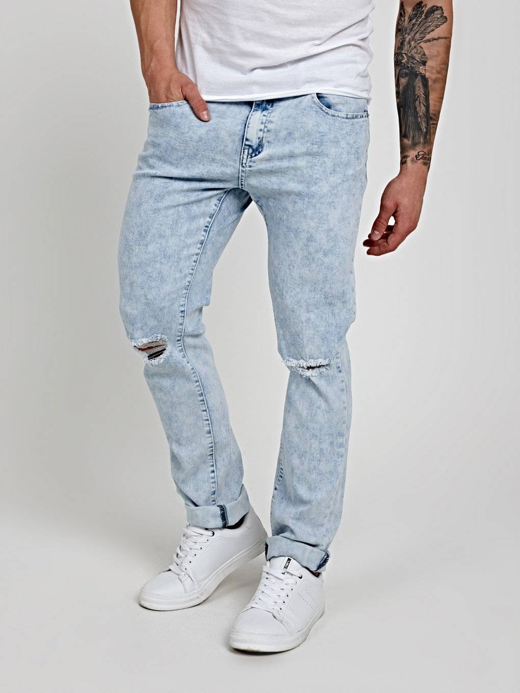 RIPPED KNEE STRAIGHT SLIM FIT JEANS IN LIGHT BLUE WASH
