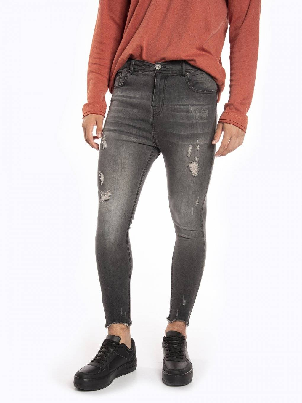 Damaged carrot fit jeans with frayed hem