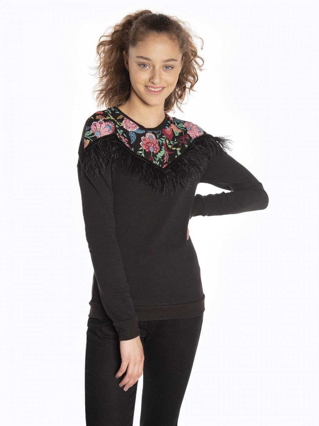 Sweatshirt with floral print and feathers