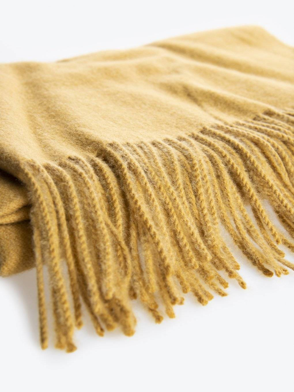 Plain scarf with fringes