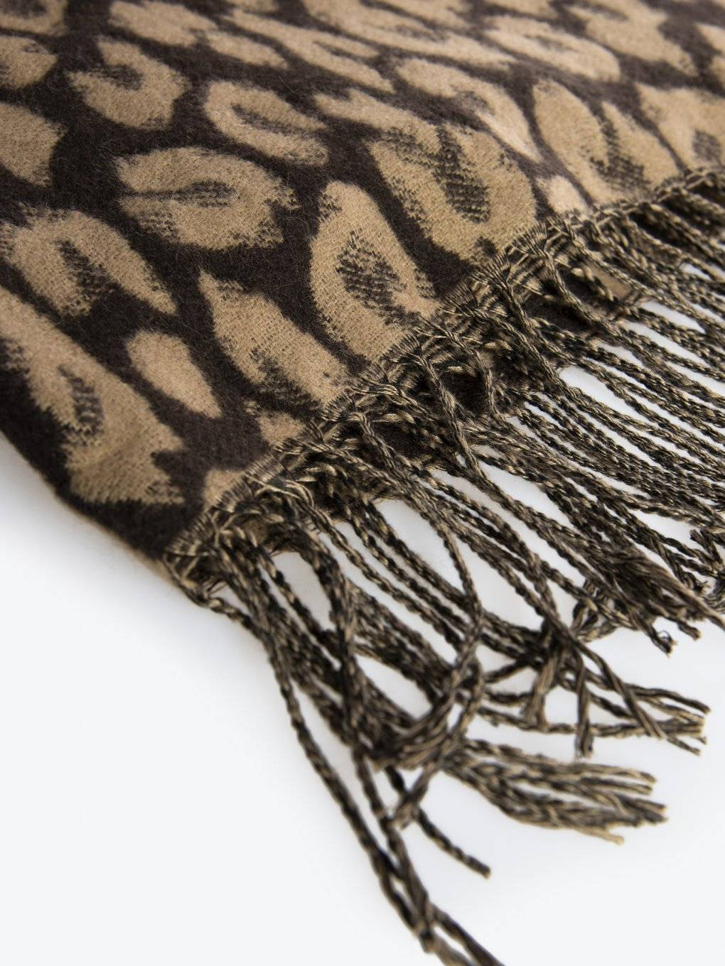 Jacquard scarf with fringes