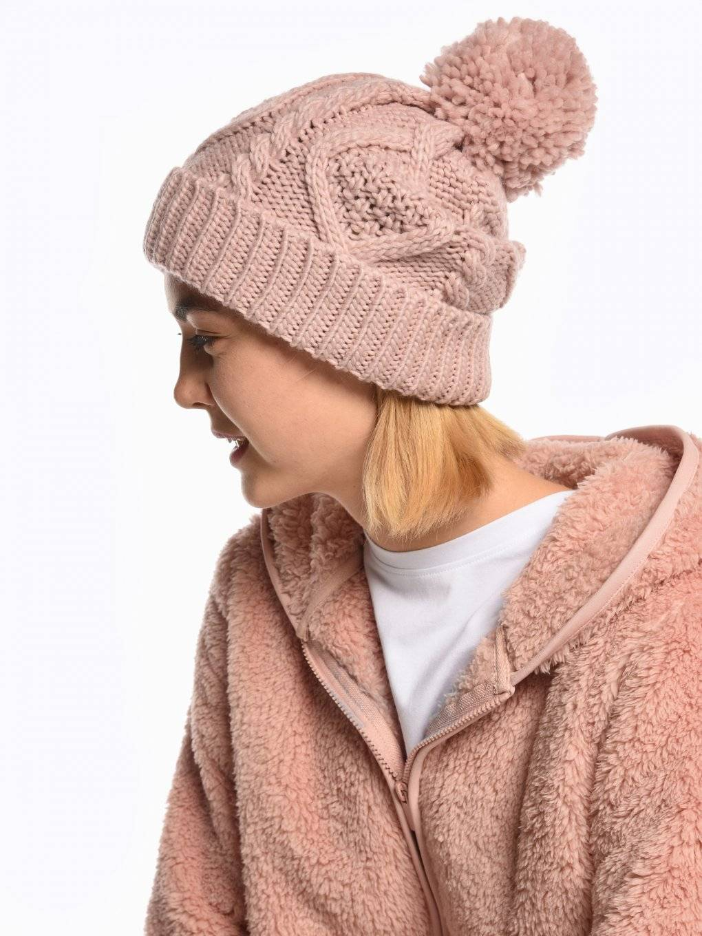 Knitted beanie with pompom